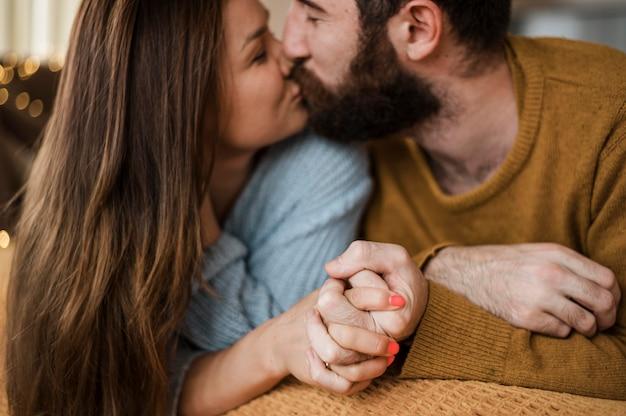 Primer plano, pareja, besar, en casa