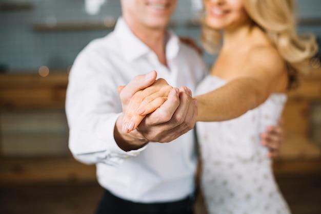 Primer plano de la pareja casada bailando
