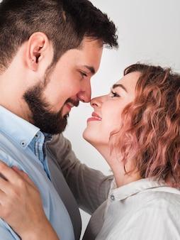Primer plano de una pareja casi besándose por san valentín