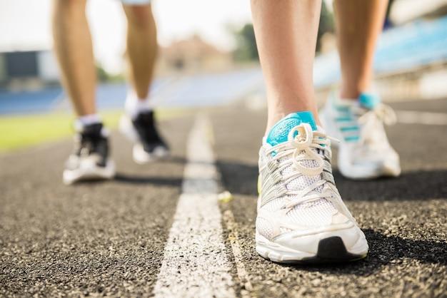 Primer plano de la pareja deportiva tiene entrenamiento al aire libre.