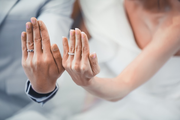 Primer plano de la pareja en el día de su boda