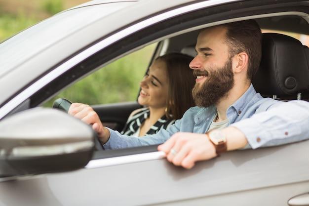 Primer plano de una pareja disfrutando de viajar en el coche