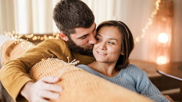 Primer plano, pareja feliz, en, sala
