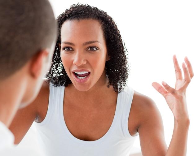 Primer plano de una pareja joven teniendo una discusión