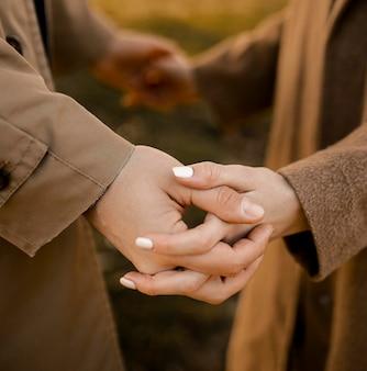 Primer plano, pareja, manos de valor en cartera