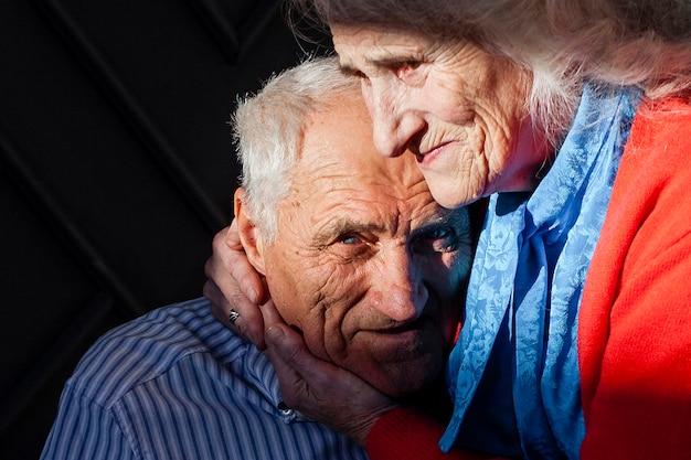 Primer plano, pareja mayor, enamorado