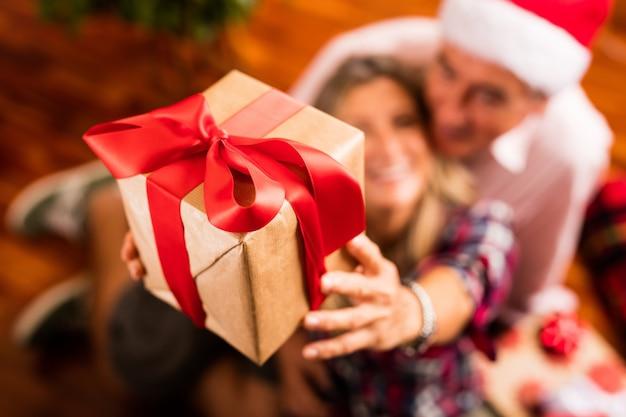 Primer plano de pareja mayor con un regalo