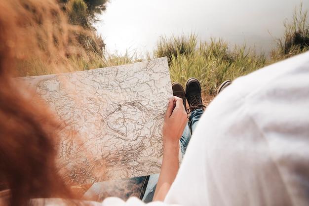 Primer plano pareja mirando en un mapa