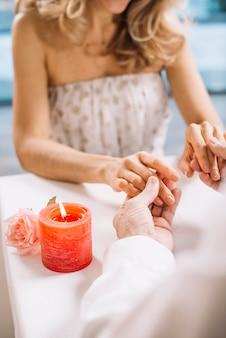 Primer plano, de, pareja que sujeta manos