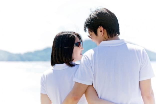 Primer plano de parejas románticas, viendo ojos en la playa