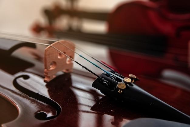 Primer plano de la parte frontal del violín.