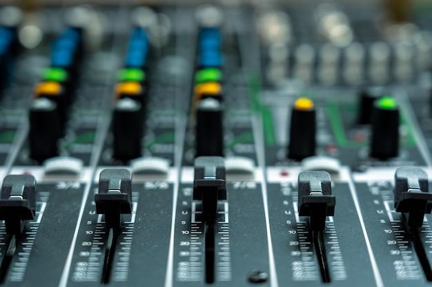 Primer plano de una parte del mezclador de audio, estilo de película vintage, concepto de equipo de música