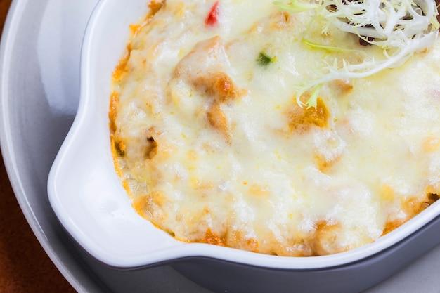Primer plano de pasta con queso fundido
