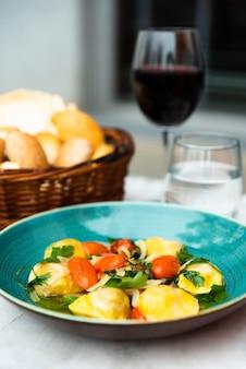 Primer plano de pasta de ravioles en plato de cerámica sobre la mesa