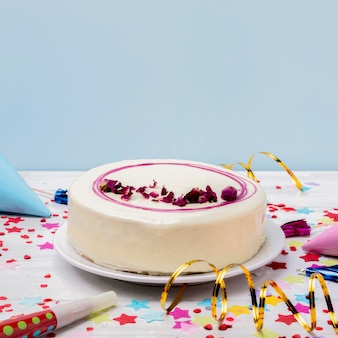 Primer plano pastel glaseado en la mesa