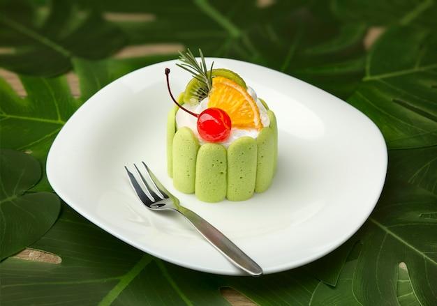 Primer plano de un pastel redondo verde.