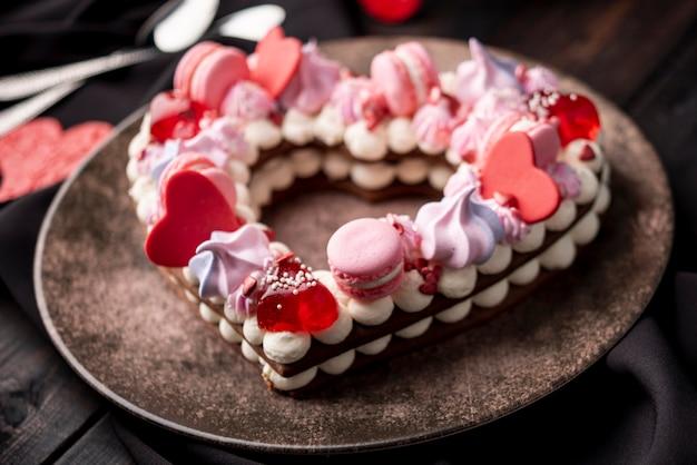 Primer plano de pastel de san valentín con macarons y corazones