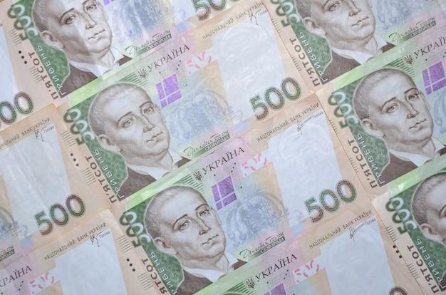 Un primer plano de un patrón de muchos billetes en moneda ucraniana