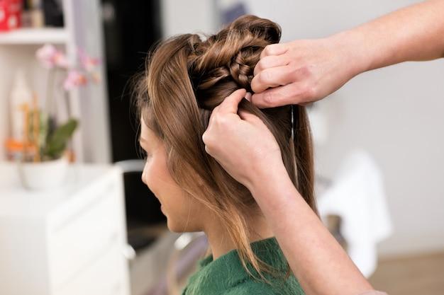 Primer plano de peinar corte de pelo de mujer en el salón