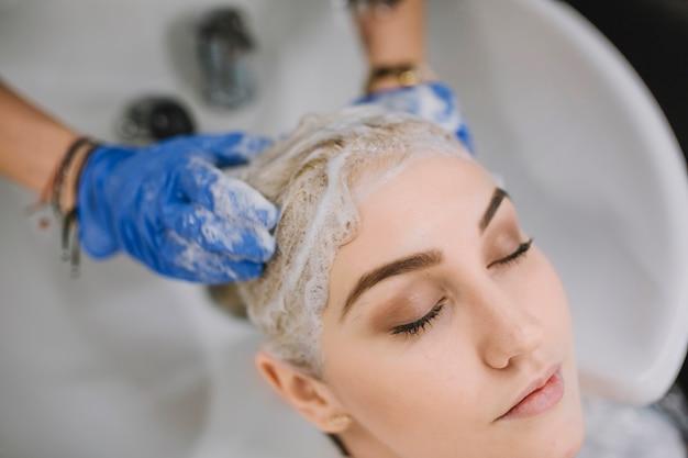 Primer plano, de, peluquería, lavado, cabeza de cliente
