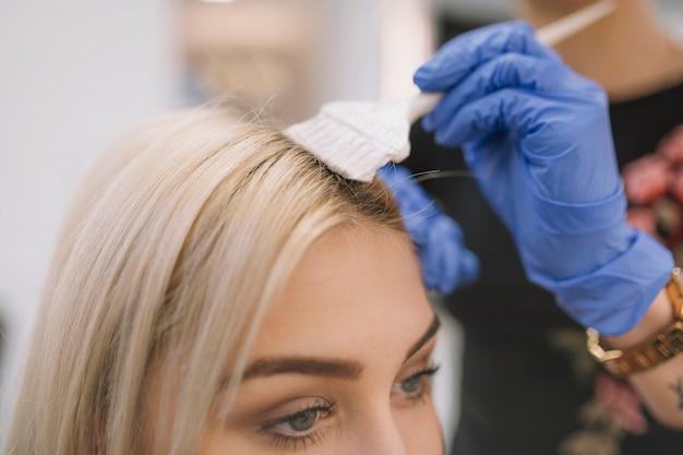 Primer plano, de, peluquero, aplicar, tinte, con, cepillo