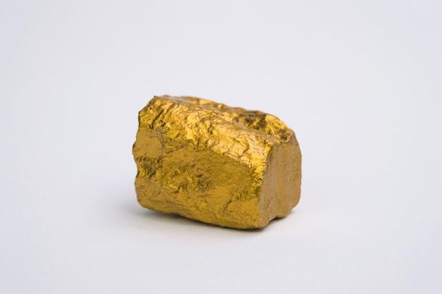 Primer plano de pepita de oro o mineral de oro aislado en blanco