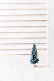 Primer plano de pequeño árbol de navidad artificial, enfoque selectivo