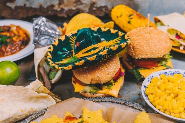 Primer plano de un pequeño sombrero mexicano en hamburguesa fresca