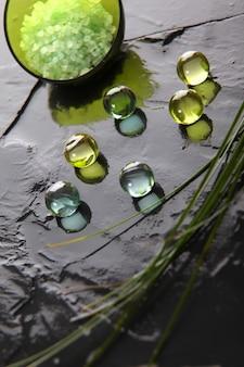Primer plano de perlas de baño en pizarra mojada