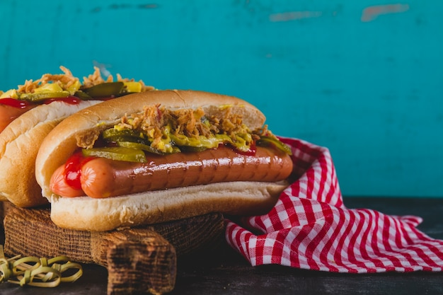 Primer plano de perrito caliente delicioso con variedad de ingredientes