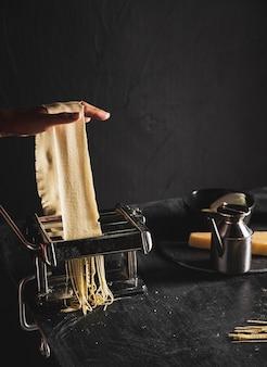 Primer plano persona cortar pasteles con máquina