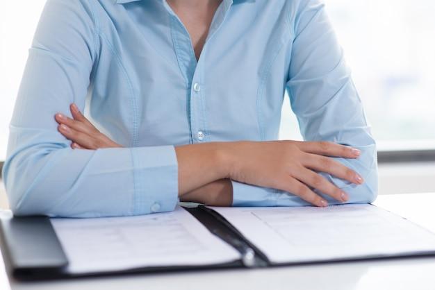Primer plano de la persona de negocios que lee el documento
