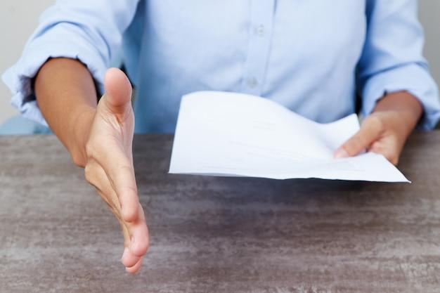Primer plano de la persona que ofrece la mano para el apretón de manos