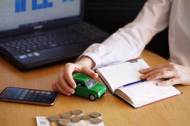 Primer plano de una persona que está pensando en comprar un coche nuevo o vender un vehículo
