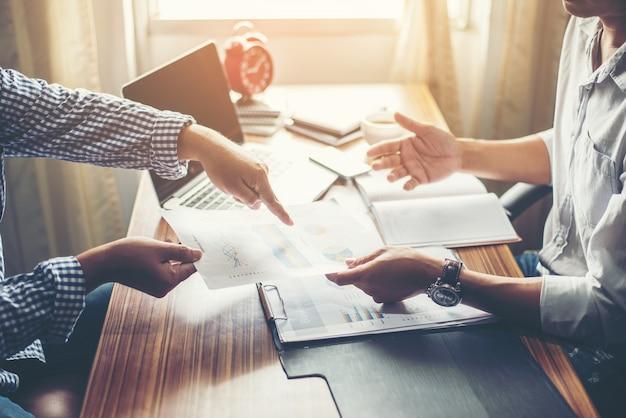 Primer plano de las personas del equipo de negocios que discuten un plan financiero en