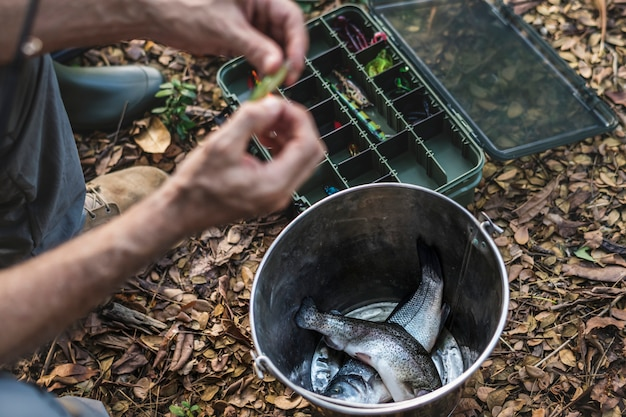 Primer plano de un pescador que pone en cebo