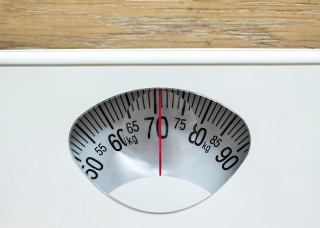 Primer plano de peso escalas sobrepeso y concepto de obesidad.