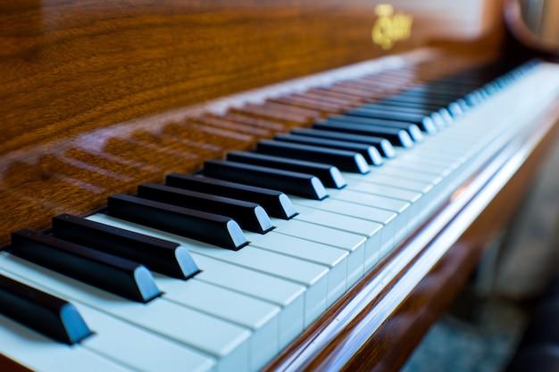 Primer plano de un piano de cola clásico