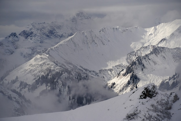 Primer plano de picos cubiertos de nieve en los alpes