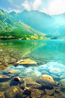 Primer plano de piedras sumergidas en el lago