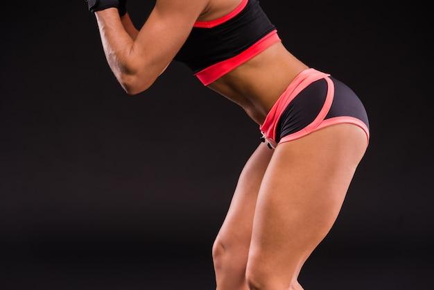Primer plano de la pierna de la mujer musculosa