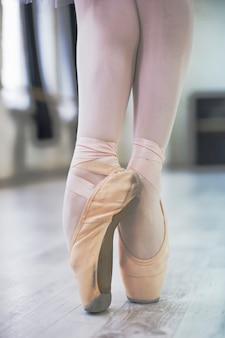 Primer plano, piernas, de, bailarina