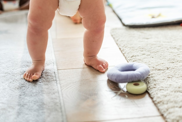 Primer plano de las piernas del bebé mientras está de pie