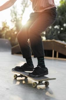 Primer plano de piernas patinando con patineta