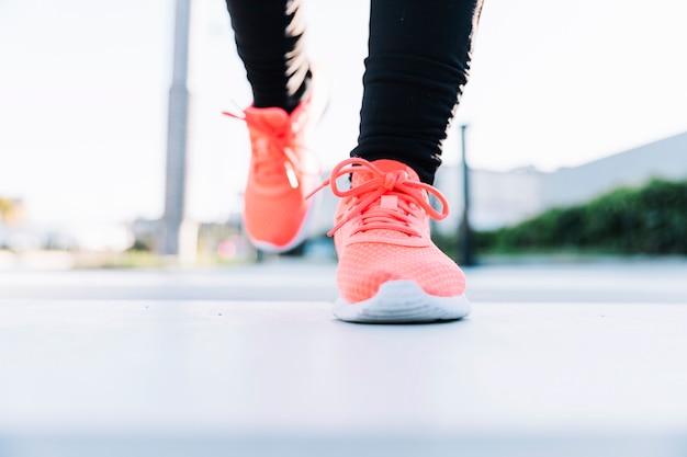 Primer plano, piernas, en, zapatillas de deporte