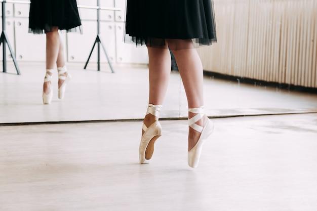 Primer plano de pies de bailarina en zapatillas de punta