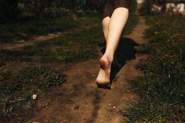 Primer plano de pies descalzos sobre la tierra