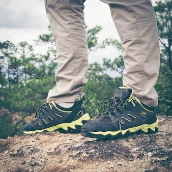 Primer plano de los pies de los hombres senderismo / escalada.