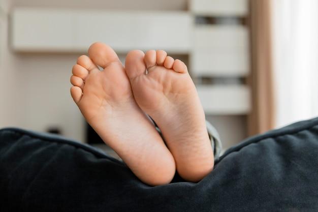 Primer plano de los pies del niño pequeño