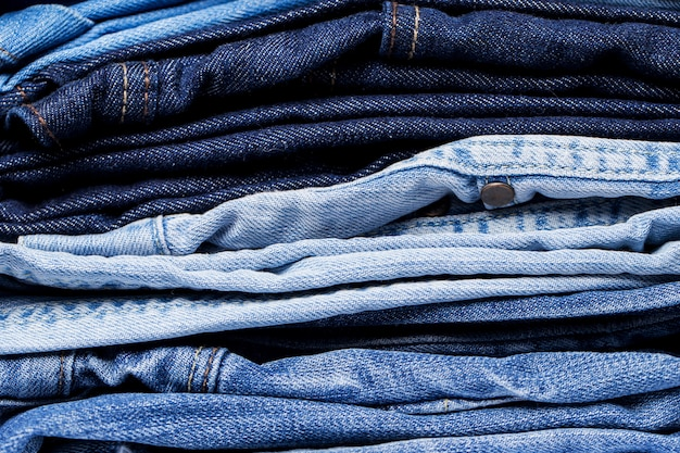 Primer plano de la pila de jeans